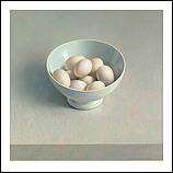 Witte porseleinen kom met eieren