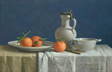 Stilleven met sinaasappels en witte kan tegen blauw