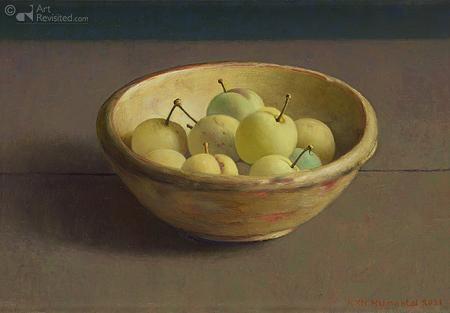 Gele pruimen in houten nap